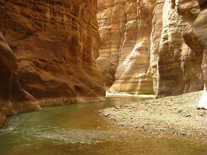 En tu viaja a Jornadia no puedes dejar de visitar este cañón que se encuentra muy próximo al Mar Muerto